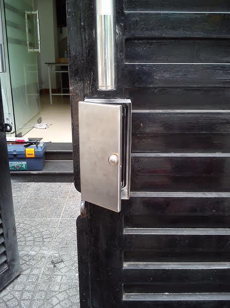 Lắp khóa thẻ từ cho cửa cổng