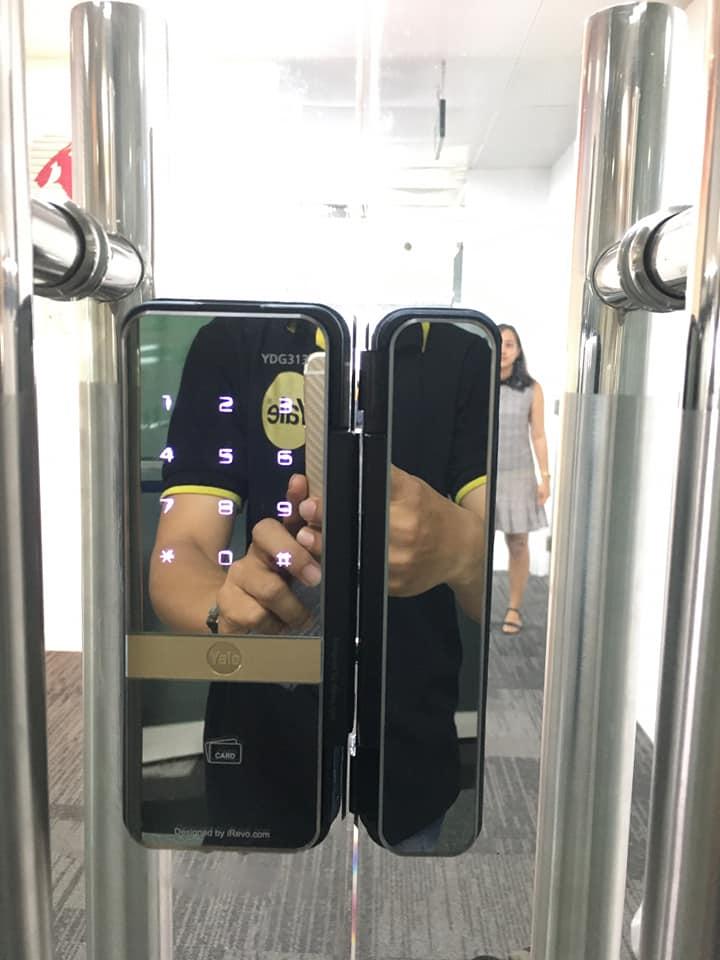 khóa cửa kính điện tử