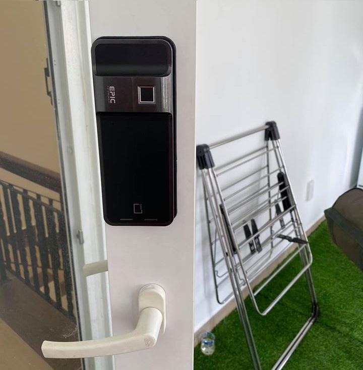 Lắp đặt khóa vân tay Epic EF-500D cho cửa nhôm tại biệt thự Quận 2, TP HCM