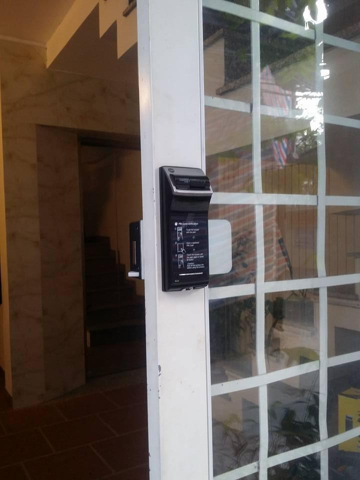 Lắp khóa Yale 4110 cho cửa sắt kính