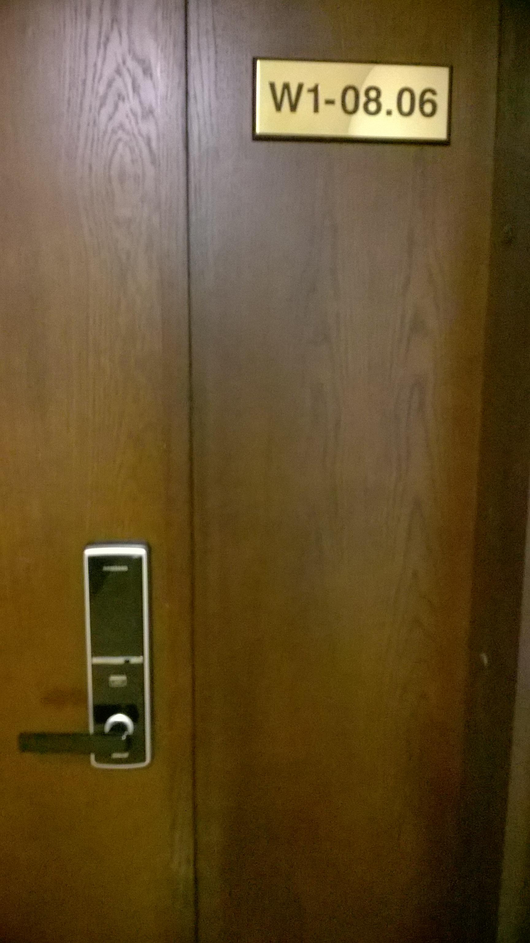 Lắp khóa ở tháp W1 chung cư Sunrise City Quận 7, TP HCM