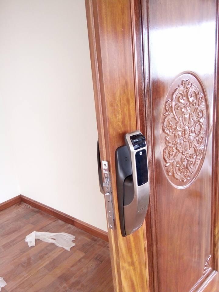 Lắp khóa vân tay Yale YDG 40 cho cửa biệt thự